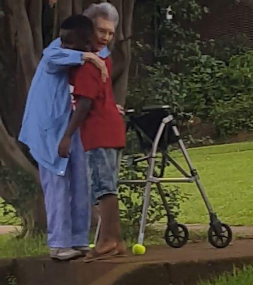 Cuando ambos llegaron a la cima de las escaleras, Maurice le ofreció a la mujer un abrazo y una sonrisa antes de regresar a su auto. Imagen: Facebook.