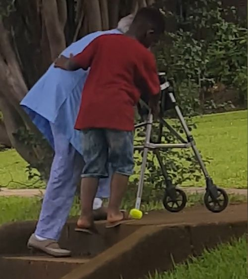 Maurice saltó del auto de su madre y detuvo el tráfico para ayudar a esta mujer y su andar a subir las escaleras. Imagen: Facebook.