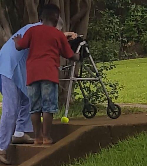 El niño de Georgia, Maurice Adams Jr., ha sido alabado por su gesto caballeroso hacia una mujer mayor. Imagen: Facebook.